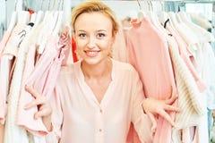 Fille dans un magasin d'habillement photographie stock libre de droits