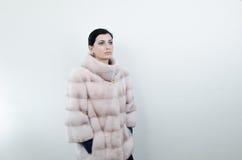 Fille dans un manteau de fourrure chaud Image libre de droits