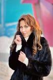 Fille dans un manteau noir d'hiver photo libre de droits