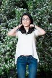 Fille dans un T-shirt blanc dehors Photographie stock