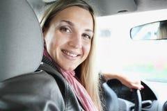 Fille dans un véhicule image libre de droits