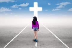 Fille dans un voyage spirituel avec une croix Photo stock