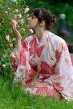 Fille dans un yukata de fleur Photographie stock libre de droits