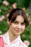 Fille dans un yukata de fleur Photos libres de droits