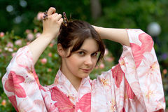 Fille dans un yukata de fleur Photographie stock
