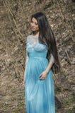 Fille dans une forêt dans une belle robe Image stock