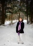 Fille dans une forêt neigeuse Photos stock