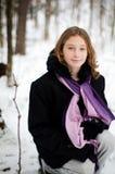 Fille dans une forêt neigeuse Photo stock