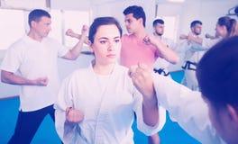 Fille dans une formation du Taekwondo dans un gymnase Images stock