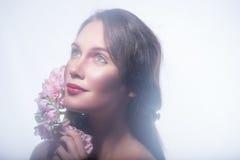 Fille dans une guirlande de belles fleurs Images stock