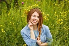 Fille dans une guirlande des wildflowers Photo libre de droits