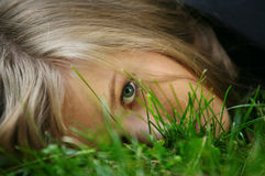 Fille dans une herbe Image stock