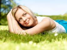 Fille dans une herbe (image moyenne de format) image libre de droits