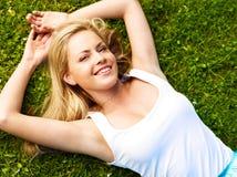 Fille dans une herbe (image moyenne de format) photo libre de droits