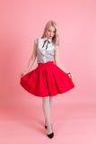 Fille dans une jupe rouge photos stock