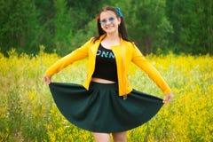 Fille dans une jupe verte sur un pré de fleur photos libres de droits