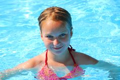 Fille dans une piscine Photo stock