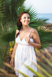Fille dans une robe blanche Images stock