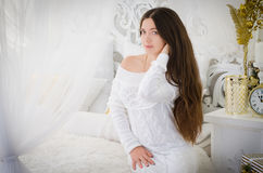 Fille dans une robe blanche Photo stock