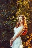 Fille dans une robe blanche au coucher du soleil Photos libres de droits