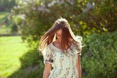 Fille dans une robe d'été avec de longs cheveux images libres de droits