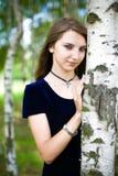 Fille dans une robe dans une plantation de bouleau Photographie stock