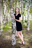 Fille dans une robe dans une plantation de bouleau Images libres de droits