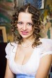 Fille dans une robe de boule historique, posant dans le studio de l'artiste Photos stock