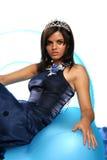 Fille dans une robe de soirée bleue et avec un diadème Images stock