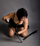 Fille dans une robe noire avec un katana Image libre de droits