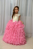Fille dans une robe rose intelligente Photographie stock