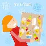 Fille dans une robe rouge avec le paquet de la crème glacée  Photos libres de droits