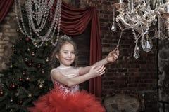 Fille dans une robe rouge intelligente Image libre de droits