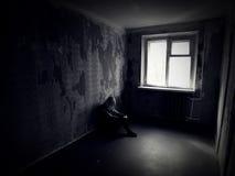 Fille dans une salle rampante abandonnée Image libre de droits