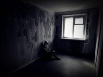 Fille dans une salle rampante abandonnée Images stock