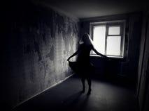 Fille dans une salle rampante abandonnée Images libres de droits