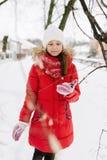 Fille dans une veste rouge en hiver photographie stock