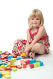 Fille de 4 ans jouant avec des blocs Image libre de droits