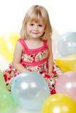 Fille de 4 ans s'asseyant avec des ballons Images libres de droits