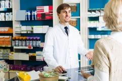 Fille de aide de Pharmaceutist photographie stock