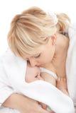 fille de allaitement de chéri sa mère Photographie stock libre de droits