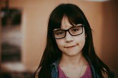 Fille de 10 ans avec des verres Image stock