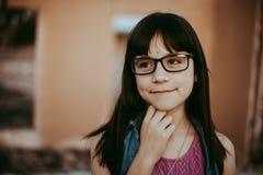 Fille de 10 ans avec des verres Photo stock