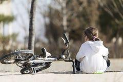 Fille de 10 ans s'asseyant avec des épées dans l'appareil-photo Photos libres de droits