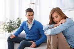 Fille de attente de problèmes de famille de session de psychologie de jeunes couples triste Photographie stock libre de droits