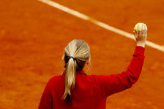 Fille de balle de tennis Photographie stock libre de droits
