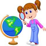 Fille de bande dessinée à l'aide de la loupe regardant le globe Images libres de droits