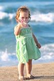 Fille de beauté à la plage Image stock