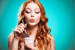 Fille de beauté avec des brosses de maquillage Images libres de droits