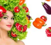 Fille de beauté avec la coiffure de légumes photo stock